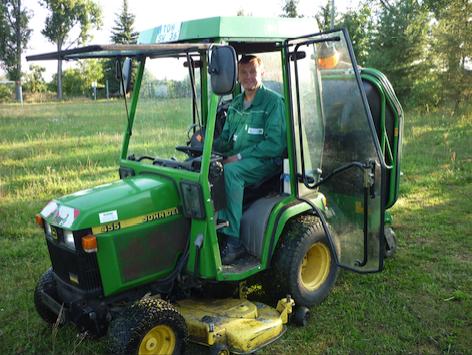 City-Dienst Mitarbeiter auf Traktor