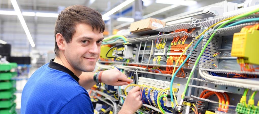 junger Mann Elektroniker