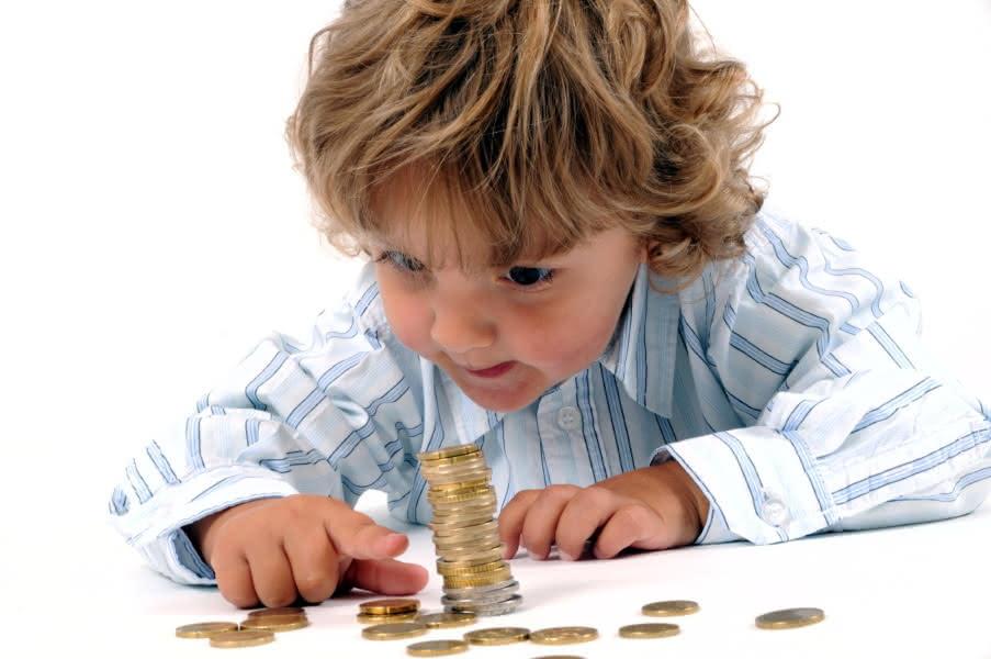 Junge zählt Geldmünzen