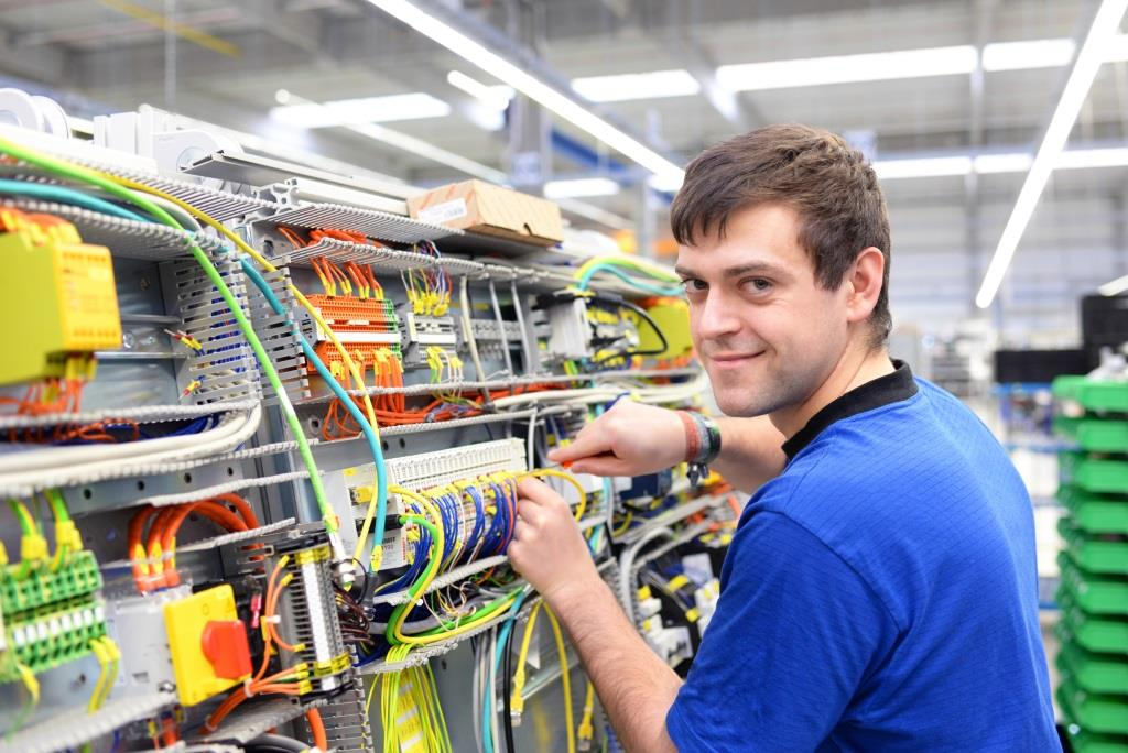 Elektroniker_ industrieblick