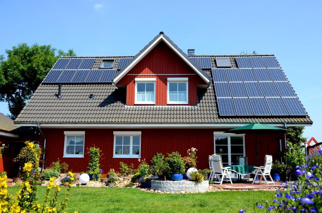 Haus mit Solarplatten und garten